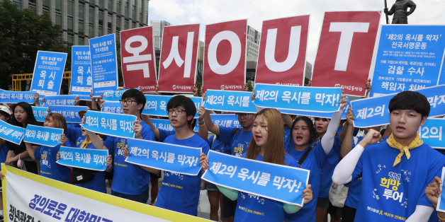 14일 오후 서울 광화문광장에서 경제민주화넷과 청년광장 주최로 열린 '제2의 옥시를 막자' 집중서명운동 캠페인에서 참가자들이 구호를 외치고 있다.