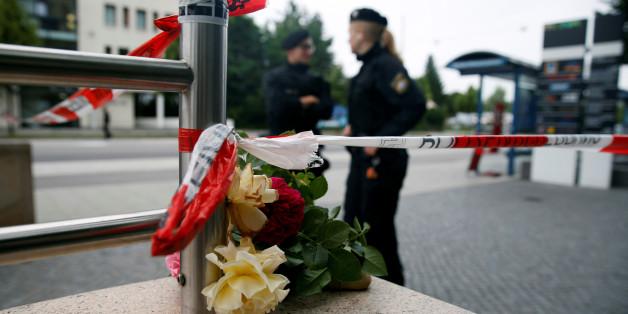 Blumen, die am OEZ in München nach dem Amoklauf niedergelegt werden.