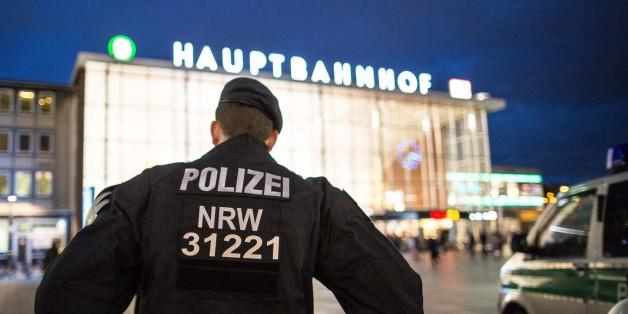 Ein Polizist am Kölner Hauptbahnhof