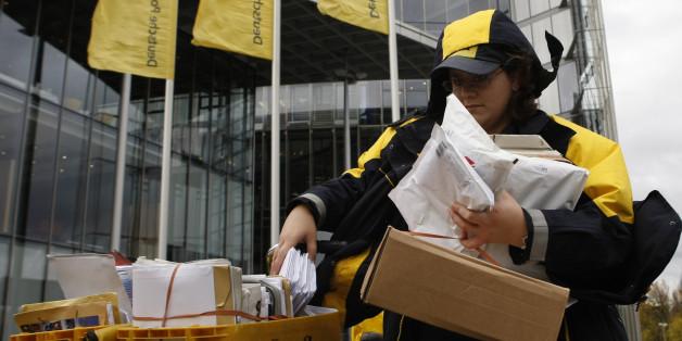 Eine Paketzustellerin mit den Lieferungen eines Tages