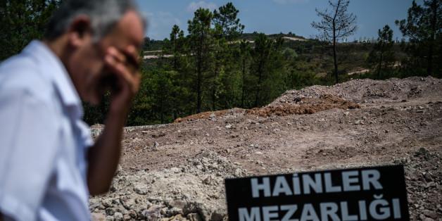 """Ein Mann steht vor dem geplanten """"Verräter-Friedhof"""""""