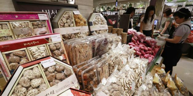 28일 서울의 한 백화점에 고가의 버섯선물세트가 판매되고 있다.