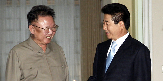 North Korean leader Kim Jong-il (L) talks with South Korean President Roh Moo-hyun before their inter-Korean summit in Pyongyang, the capital of North Korea, October 3, 2007. South Korea's president hold formal talks with reclusive North Korean leader Kim Jong-il on Wednesday, after the second summit of two states technically still at war got off to a cool start.    REUTERS/Korea Pool (NORTH KOREA) KOREA OUT.  EDITORIAL USE ONLY. NOT FOR SALE FOR MARKETING OR ADVERTISING CAMPAIGNS.