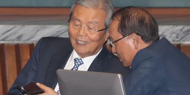 더불어민주당 김종인 비상대책위 대표가 27일 오후 국회 본회의에서 최운열 의원과 대화하고 있다.