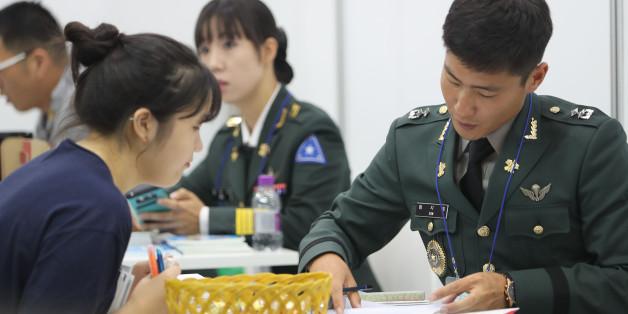 28일 오전 서울 강남구 삼성동 코엑스에서 한국대학교육협의회 주최로 열린 '2017학년도 수시 대학입학정보박람회'에서 한 수험생이 육군사관학교 부스에서 상담을 받고 있다.