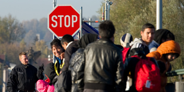 Flüchtlinge warteten im November in Simbach am Inn (Bayern) auf der Innbrücke auf ihren Grenzübertritt.