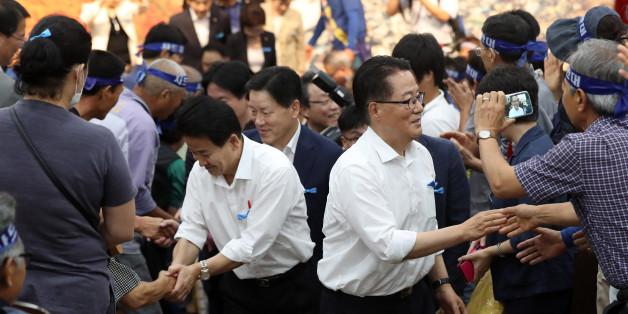 국민의당 박지원 비상대책위원장을 비롯해 소속 의원 16명이 1일 오후 경북 성주군청을 찾아 주민들과 간담회를 나누고 대강당을 빠져나가며 군민들과 인사하고 있다.