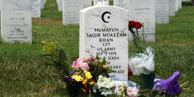 La tombe du capitaine Humayun Khan, mort en Irak en 2004 en tentant de sauver ses hommes, à Arlington, en Virginie, le 1er août 2016  © AFP Paul J. Richards