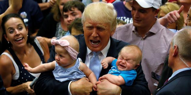 7월 29일 유세 현장에서 지지자의 아기들을 안은 트럼프