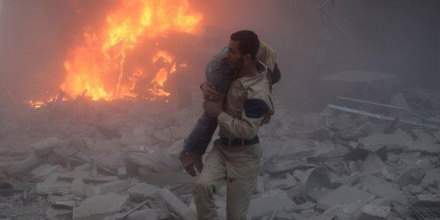 Mann mit einem Verletzten in Aleppo