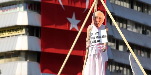 Galgen mit Bild von Fethullah Gülen, den Erdogan für den Putsch in der Türkei verantwortlich macht