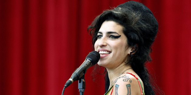 British pop singer Amy Winehouse performs during the Glastonbury music festival in Somerset, south-west England June 22, 2007.     REUTERS/Dylan Martinez     (BRITAIN)