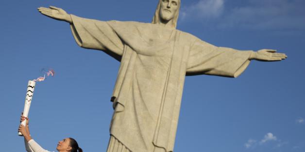 Blanker Wahnsinn: Fackelläufer protestiert in Brasilien