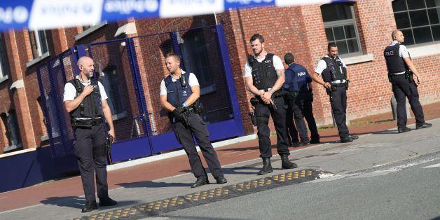 Polizisten vor der Polizeiwache, an der es zu dem Angriff kam