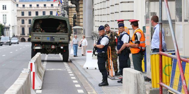 Polizisten vor dem Amtssitz des belgischen Premierministers