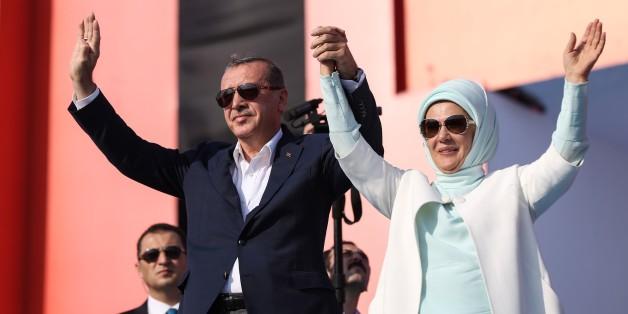 Der türkische Staatspräsident Recep Tayyip Erdogan und seine Frau Emine Erdogan auf der Instabuler Demonstration