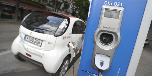 Ein Elektroauto an einer Ladesäule in Berlin