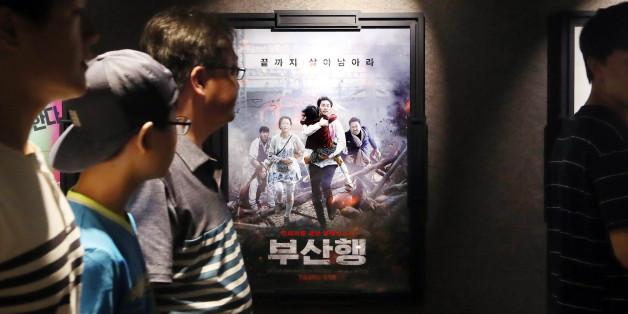 7일 오후 서울 강남구 한 멀티플렉스 영화관을 찾은 관객들이 '부산행' 포스터 앞을 지나고 있다.
