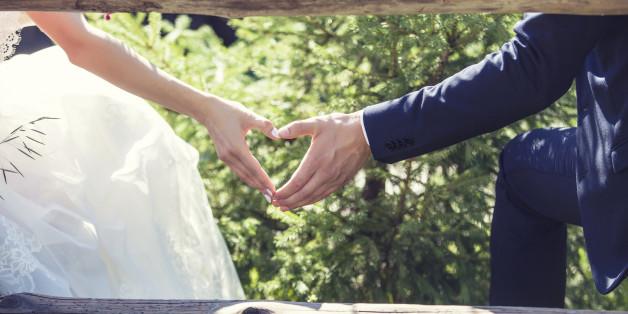 Malgré l'opposition de la société et parfois de la famille, les couples mixtes s'unissent