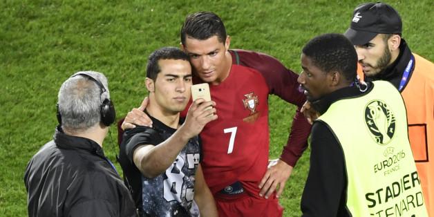 Cristiano Ronaldo bei der EM 2016 mit einem Fan