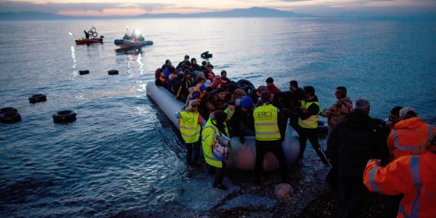 Flüchtlinge kommen im März in einem Schlauchboot aus der Türkei auf der griechischen Insel Lesbos an