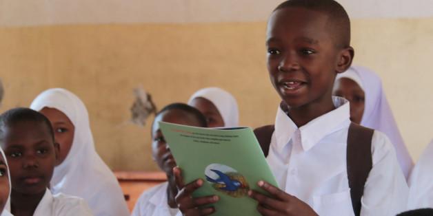 지난 11일(현지시간) 미짐비니 초등학교에서 한 학생이 친구들 앞에서 스와힐리어로 번역한 흥부놀부 동화책을 읽고 있다.