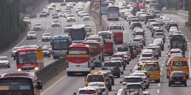 본격적인 휴가철을 맞은 7월 31일 오전 11시께 경부고속도로로 들어가려는 차량들이 서울 반포대로에서 극심한 정체를 빚고 있다