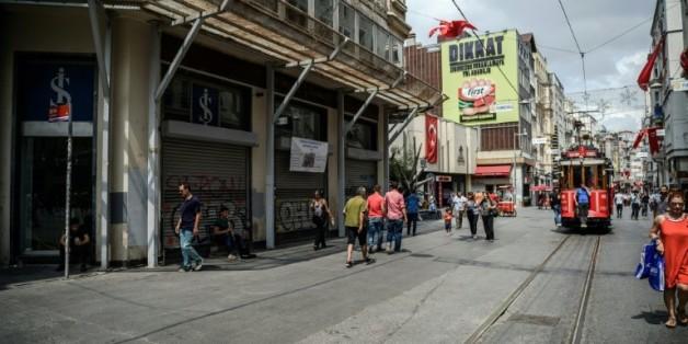 Nombreuses boutiques fermées sur l'avenue Istiklal à Istanbul, le 12 août 2016