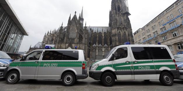 Polizeiautos vor dem Kölner Dom