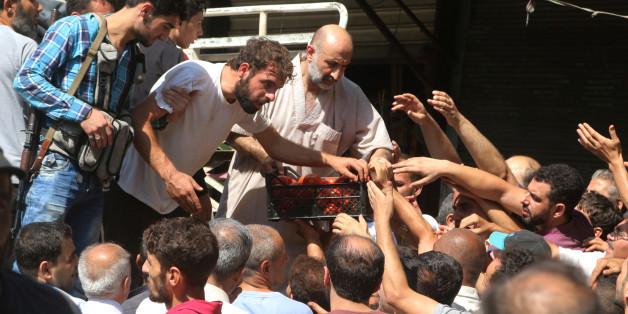 Die Nahrungsmittelknappheit in Aleppo ist groß - hier kaufen Menschen Lebensmittel von Händlern, die ihre Ware in die Stadt gebracht haben