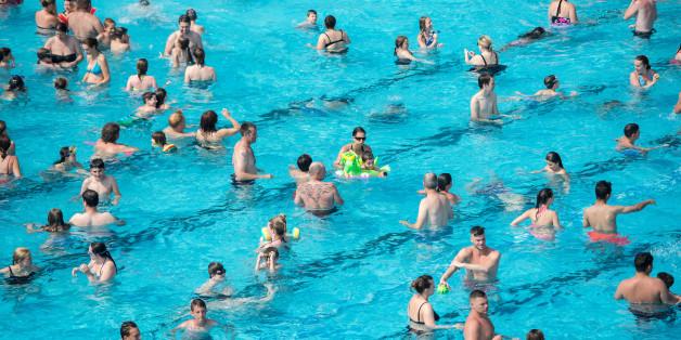 Badegäste in einem Schwimmbad (Symbolbild)