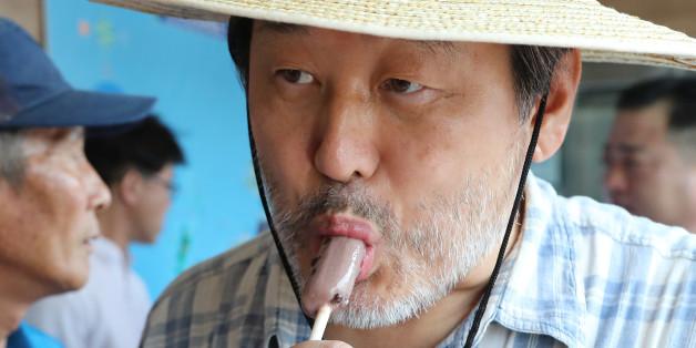 새누리당 김무성 전 대표가 10일 오후 전남 목포시 여객터미널에서 김대중 전 대통령의 생가가 있는 신안군 하의도로 향하는 배에 오르기 전 아이스크림을 먹으며 더위를 식히고 있다.