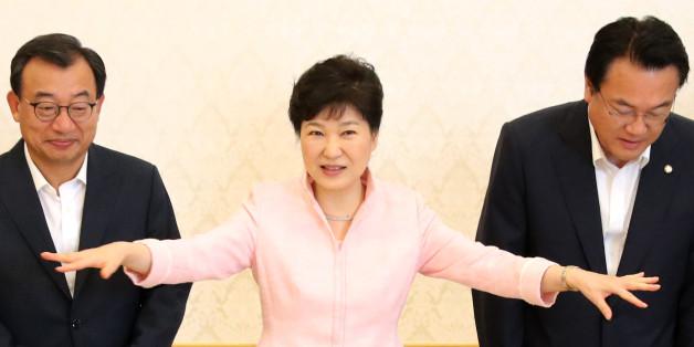박근혜 대통령이 11일 낮 청와대에서 열린 새누리당의 새 지도부 초청 오찬에 앞서 기념촬영을 한 뒤 자리를 안내하는 손짓을 하고 있다.