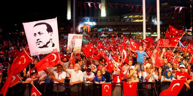 """""""Merkel verharrt in Flüchtlingshypnose"""": Regierung erntet Kritik für Haltung gegenüber der Türkei"""