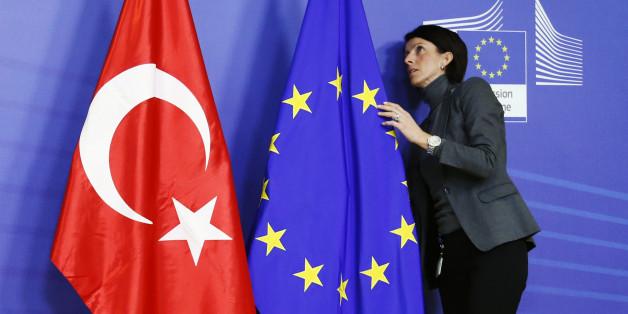 Sollen bald nebeneinander wehen: Die türkische und die europäische Flagge