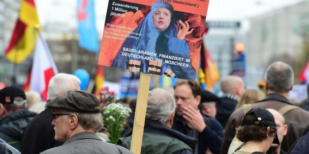 Caricature d'Angela Merkel en burqa lors d'une manifestation contre sa politique d'accueil des migrants
