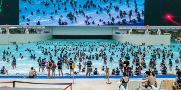 """Des gens se baignent dans un mer artificielle dans le """"New Century Global Center"""" de Chengdu, la capitale du Sichuan, le 25 juillet 2016"""