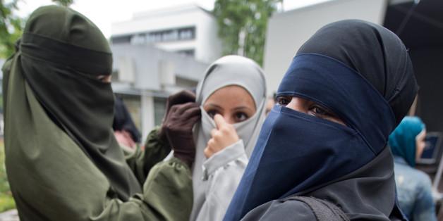 Frauen besuchen die Kundgebung eines Salafistenpredigers