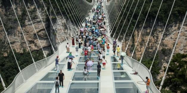 e pont piéton en verre le plus long et haut du monde ouvre au public dans les montagnes de Zhangjiajie (centre de la Chine), le 20 août 2016