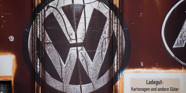 Ein alter Güterzug mit einem Logo von Volkswagen steht am Bahnhof in Fallersleben bei Wolfsburg