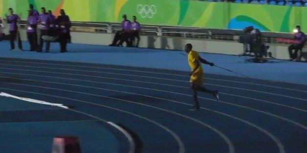 Quand le stade est vide à Rio, Usain Bolt s'essaie au lancer de javelot