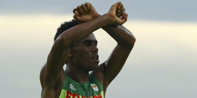 2016 Rio Olympics - Athletics - Final - Men's Marathon - Sambodromo - Rio de Janeiro, Brazil - 21/08/2016. Feyisa Lilesa (ETH) of Ethiopia celebrates.   REUTERS/Athit Perawongmetha    FOR EDITORIAL USE ONLY. NOT FOR SALE FOR MARKETING OR ADVERTISING CAMPAIGNS.