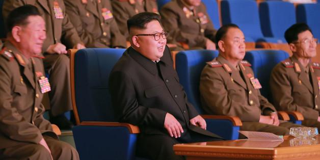 Kim Jong-Un mit hohen Armee-Generälen