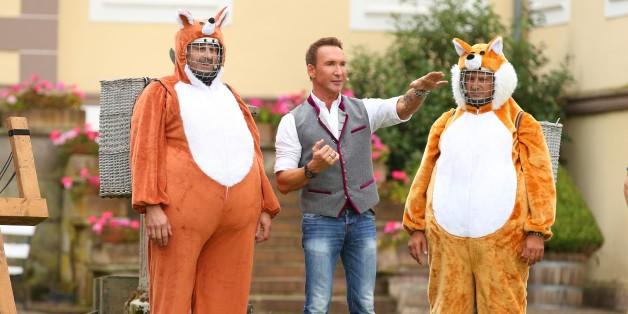 """Bei der """"Bauernolympiade"""" mussten die Promis und die """"Bauer sucht Frau""""-Kandidaten zum Fuchs werden"""