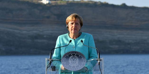 Angela Merkel bei einer Pressekonferenz auf einem Flugzeugträger am 22. August