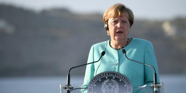 La chancelière allemande Angela Merkel le 22 août 2016 lors d'une conférence de presse à bord du navire Garibaldi, dans la baie de Ventoten