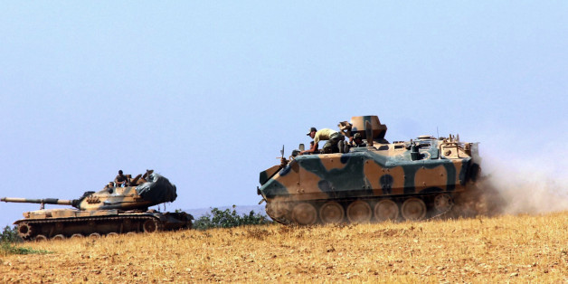 Türkische Panzer gehen an der syrischen Grenze in Stellung