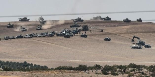 Photo prise de Karkamis le 24 août 2016 montrant des chars turcs et des forces d'opposition syriennes pro-turques à 2 kilomètres à l'ouest de la ville de Jarabalus
