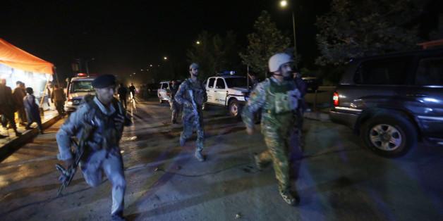 Afghanische Sicherheitskräfte reagieren auf einen mutmaßlichen Taliban-Angriff auf die Amerikanische Universität in Kabul