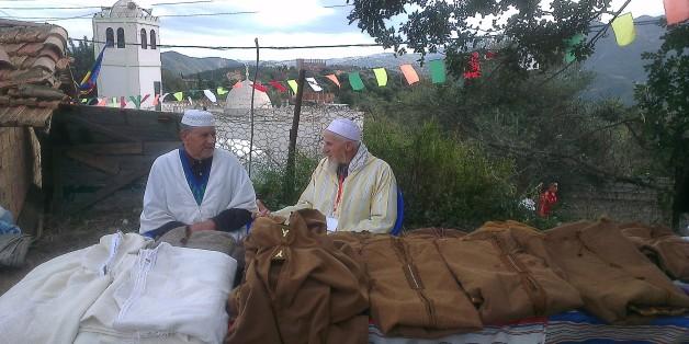 Deux vieux artisans de Burnous au village Thizza dans la commune Ammal, wilaya de Boumerdes/Archives